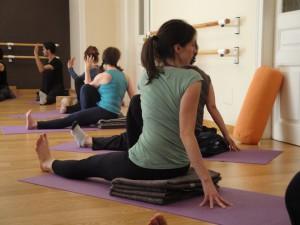 a torsion espalda cuidadosa saludable neutro uso apoyos yoga pilates barcelona